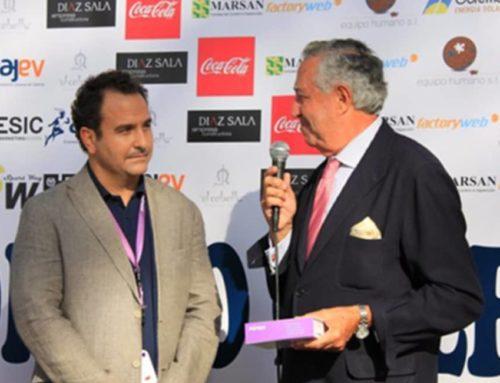 Entrega a D. Antonio Casanova de Casa Caridad de Valencia de productos y cheque para alimentos.